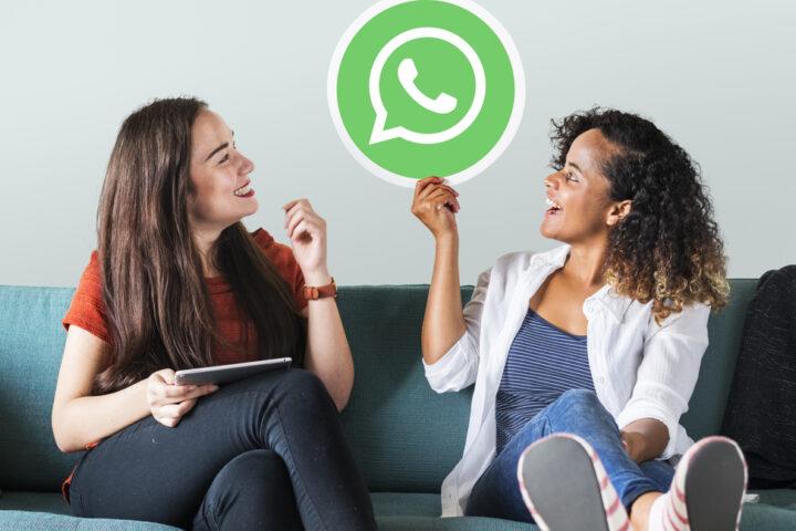 Revender semijoias no whatsapp: duas mulheres olhando para o ícone do whatsapp