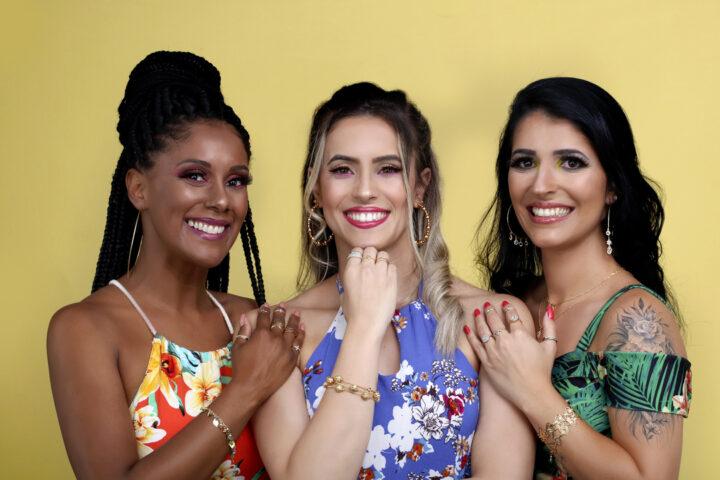 Tendências de semijoias: três mulheres uma do lado da outra, com semijoias.