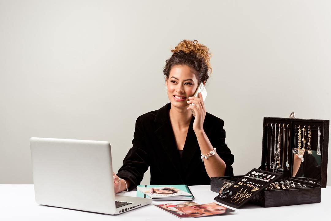 Empreendedorismo Feminino: mulher de cabelo preso olhando para um notebook.